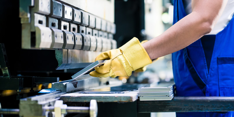 切断した金属材料の曲げ加工に対応いたします。プレス機、ベンディングマシンを揃えており、ご要望通りの加工をいたします。